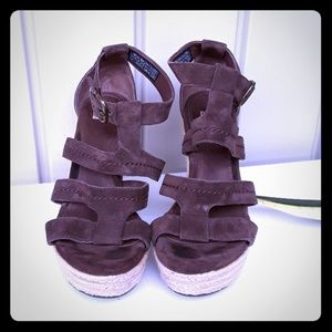 UGG BROWN LEATHER WEDGE ESPADRILLE.